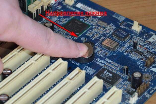 Фото установки батарейки BIOS